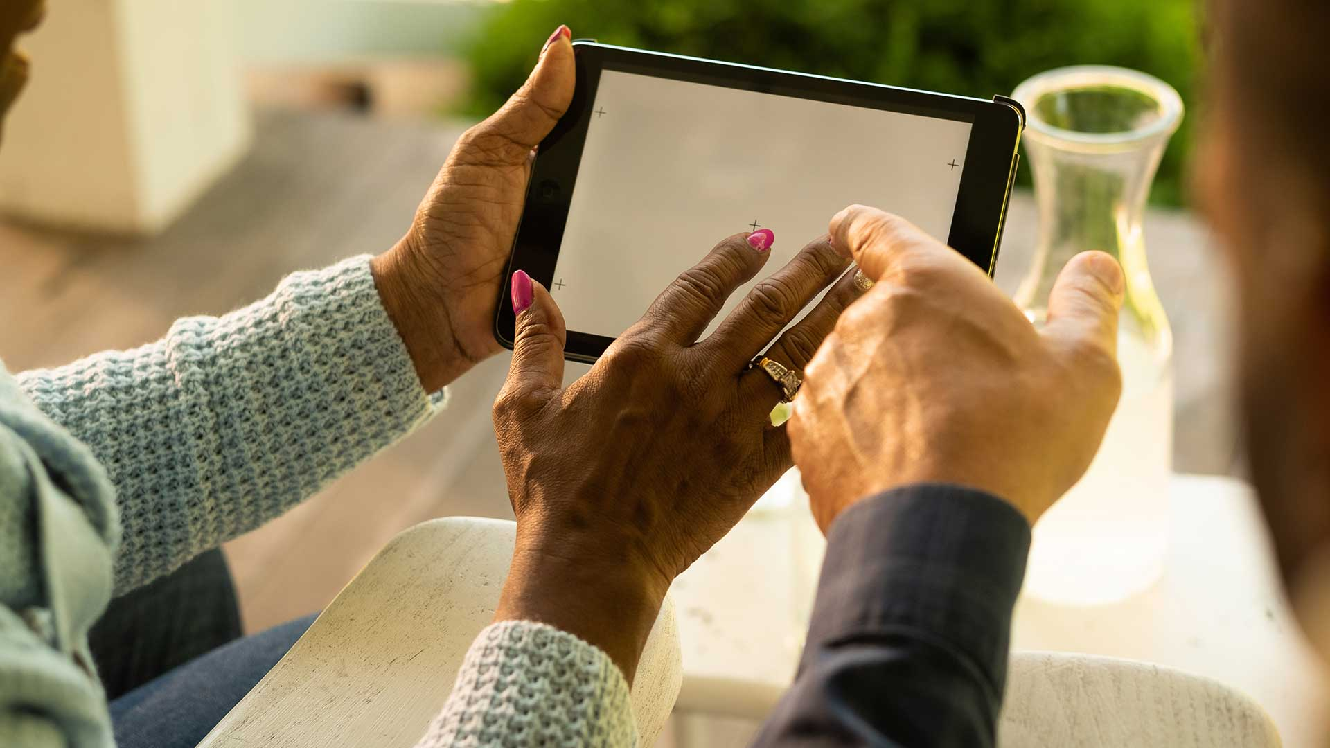Brand_Image_Still_Porch_CU-Man-Woman-hands-on-Tablet-DSF1710_JPEG_9MB